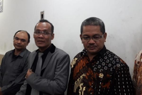 Jubir KY Farid Wajdi kanan dan kuasa hukumnya Denny Ardiansyah Lubis selesai menjalani pemeriksaan di Ditreskrimum Polda Metro Jaya, Rabu (5/12 - 2018)