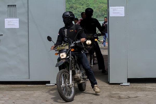 Sejumlah petugas kepolisian bersenjata berkumpul sebelum diseberangkan ke Pulau Nusakambangan, di Dermaga Penyeberangan Wijayapura, Cilacap, Jateng, Rabu (27/7/2016). - Antara/Idhad Zakaria