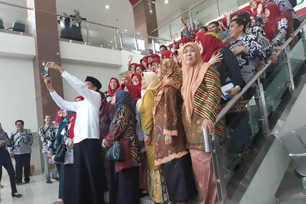 Presiden Joko Widodo melakukan swafoto bersama Pengurus Pusat dan staf pengajar Universitas Aisyiyah - Bisnis/David Eka Issetiabudi