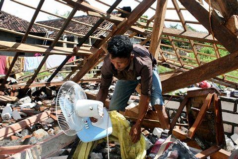 Ilustrasi-Rumah hancur diterjang puting beliung - Antara