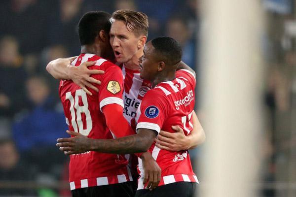 Tiga pemain andalan PSV Eindhoven: Luuk de Jong (tengah), Steven Bergwijn (kanan), dan Pablo Rosario. - Twitter@PSVEindhoven
