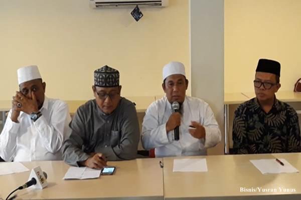 Ketua Panitia Penyelenggara Reuni Akbar Mujahid 212, Bernard Abdul Jabar (kedua dari kanan) bersama beberapa panitia penyelenggara lainnya, menyampaikan keterangan pers tentang penyelenggaraan Reuni Akbar Mujahid 212 yang digelar pada 2 Desember 2018/Bisnis - Yusran Yunus
