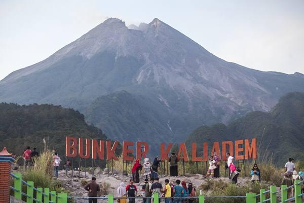 Wisatawan berada di kawasan wisata lereng Gunung Merapi, Bungker Kaliadem, Sleman, DI Yogyakarta, Sabtu (12/5). Aktivitas wisata lereng Gunung Merapi saat ini telah kembali normal pasca erupsi freatik Gunung Merapi pada Jumat (11/5). ANTARA FOTO - Andreas Fitri Atmoko