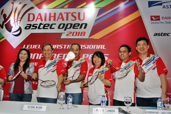 Direktur Astec Susy Susanti, Deputi Chief Executive Astra International-Daihatsu Sales Operation (AI-DSO) Supranoto, Presdir Astra Daihatsu Motor (ADM) Tetsuo Miura, Direktur Marketing ADM Amelia Tjandra, Marketing CR Division Head AI-DSO Hendrayadi Lastiyoso, dan Direktur Astec Alan Budikusuma setelah menggelar konferensi pers Daihatsu Astec Open 2018 di GOR Soemantri Brodjonegoro, Jakarta, Sabtu (8/12/2018). - ADM
