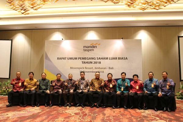 Direktur Utama Bank Mantap Josephus K. Tripakoso (kelima kanan) dan jajaran mengadakan foto bersama seusai melakukan Rapat Umum Pemegang Saham Luar Biasa (RUPSLB) di Jimbaran, Bali, Jumat (30/11/2018). - JIBI/Ni Putu Eka Wiratmini