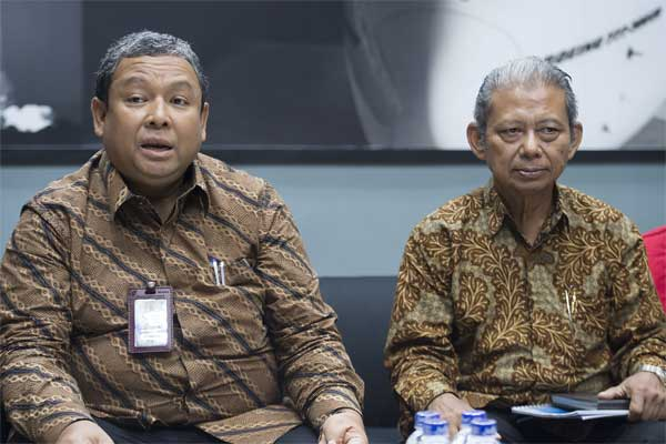 Direktur Utama Perum Jasa Tirta (PJT) II Djoko Saputro (kiri) dan Ketua Dewan Pengawas PJT II Bedjo Sujanto (kanan) memberikan keterangan pers Laporan Kinerja Tahun 2016 di Gedung Kementerian BUMN, Jakarta, Rabu (10/5). - Antara/Widodo S Jusuf