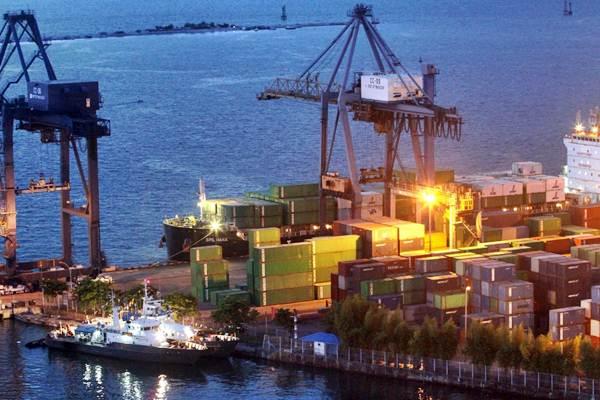 Aktivitas bongkar muat di terminal peti kemas Pelabuhan Makassar, Sulawesi Selatan, Rabu petang (6/12). - JIBI/Paulus Tandi Bone
