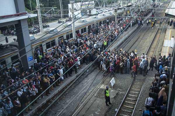 Penumpang antre saat berpindah kereta rel listrik (KRL) di peron Stasiun Duri, Jakarta, Senin (16/4). Operasional KRL rute Duri-Tangerang dikurangi dari 90 menjadi 80 perjalanan yang membuat waktu tunggu dari 15 menit menjadi 30 menit. - ANTARA/Aprillio Akbar