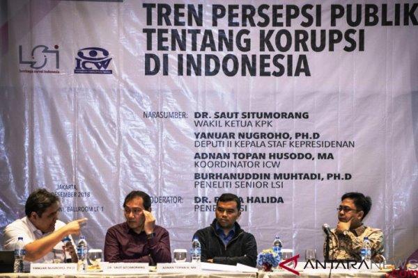 Deputi II Kepala Staf Kepresidenan Yanuar Nugroho (kiri), Wakil Ketua KPK Saut Situmorang (kedua kiri), Koordinator ICW Adnan Topan Husodo (kedua kanan), Peneliti Senior LSI Burhanuddin Muhtadi (kanan) menjadi pembicara dalam rilis Tren Persepsi Publik Tentang Korupsi Di Indonesia yang diprakarsai Lembaga Survei Indonesia, di Jakarta, Senin (10/12/2018). Berdasarkan hasil Lembaga Survei Indonesia menyatakan bahwa mayoritas warga menilai tingkat korupsi mengalami peningkatan sebesar 52 persen. ANTARA FOTO - Ap