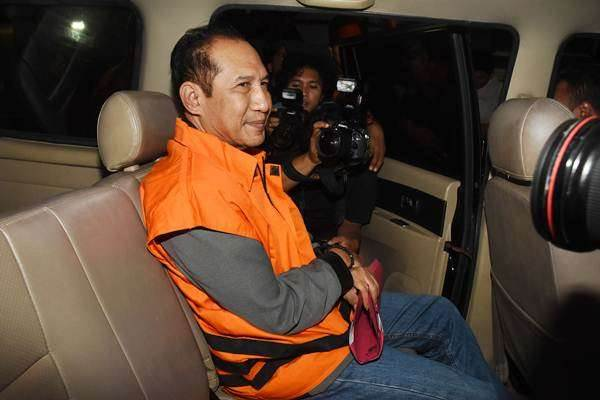 Hakim Pengadilan Negeri Jakarta Selatan Iswahyu Widodo mengenakan rompi tahanan usai menjalani pemeriksaan terkait OTT kasus suap penanganan perkara di PN Jaksel, di Gedung KPK, Jakarta, Kamis (29/11/2018) dini hari. - ANTARA/Indrianto Eko Suwarso