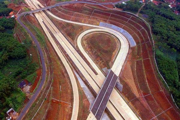 Foto aerial proyek pembangunan jalan tol Cileunyi-Sumedang-Dawuan (Cisumdawu) di kawasan Rancakalong, Sumedang, Jawa Barat, Selasa (30/5). - Antara/Fahrul Jayadiputra