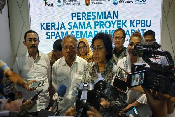 Menteri Keuangan Sri Mulyani bersama Menteri PUPR Basuki Hadimuljono sesuai penandatanganan proyek Spam Semarang Barat di Semarang, Rabu (12/12/2018). - Bisnis/Alif Nazzala R.