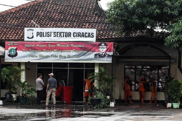Petugas kepolisian beraktivitas usai perusakan dan pembakaran Polsek Ciracas, di Jakarta, Rabu (12/12/2018). Perusakakan dan pembakaran Polsek Ciracas yang dilakukan ratusan orang itu terjadi pada Rabu dini hari (12/12/2018), yang dipicu ketidakpuasan atas penanganan kasus pemukulan seorang anggota TNI. - Antara/Putra Haryo Kurniawan