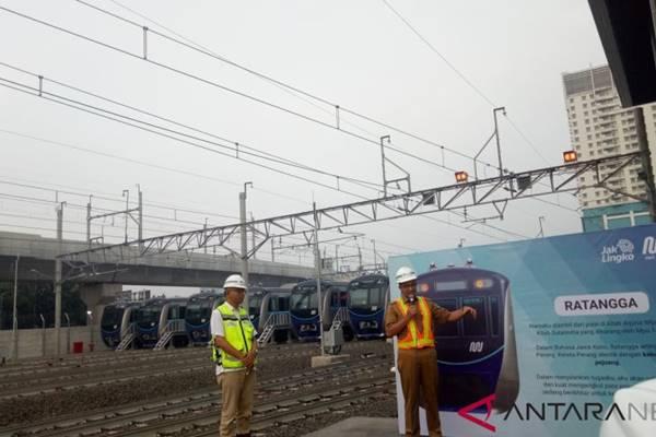 Gubernur DKI Jakarta Anies Baswedan meresmikan Ratangga sebagai nama rangkaian Moda Raya Terpadu (MRT) di Depo MRT Lebak Bulus, Jakarta Selatan, Senin (10/12). - Antara