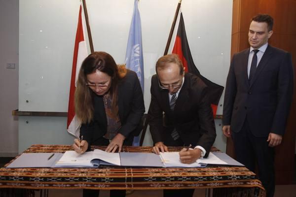 Direktur Bank Pembangunan Jerman KfW, Angela Tormin menandatangani perjanjian penyaluran hibah dengan Direktur UNDP Indonesia, Christophe Bahuet. - Dok. UNDP
