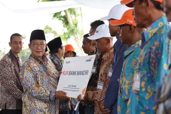 Menteri Koordinator Bidang Perekonomian Darmin Nasution menyerahkan KUR Pengering Padi pada 20 debitur di Desa Ternyang, Kecamatan Sumberpucung, Kabupaten Malang. Kamis (13/12/2018) - Istimewa