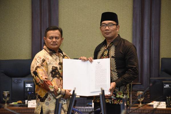 Gubernur Jabar Ridwan Kamil menyerahkan surat keputusan Mendagri kepada Plt Bupati Indramayu Supendi (kanan), Jumat (14/12/2018). - Bisnis/Wisnu Wage Pamungkas