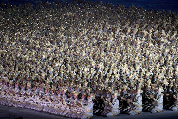 Ribuan penari membawakan tarian Saman pada pembukaan Asian Games 2018 di Stadion Utama GBK, Senayan, Jakarta, Sabtu (18/8/2018) - Antara