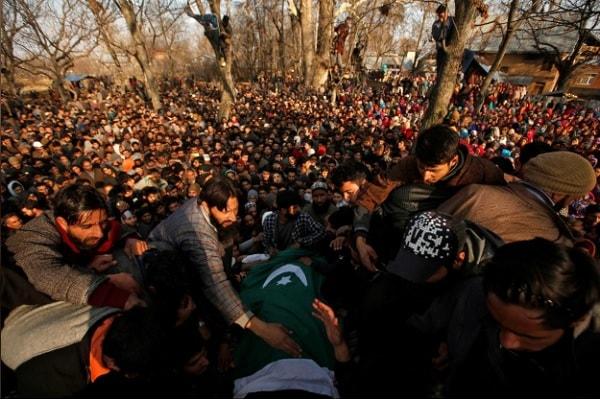 Masyarakat berkumpul mengelilingi jasad Zahoor Ahmad, terduga militan yang tewas dalam baku tembak dengan pasukan keamanan India, Sabtu (15/12/2018) - Reuters/Danish Ismail