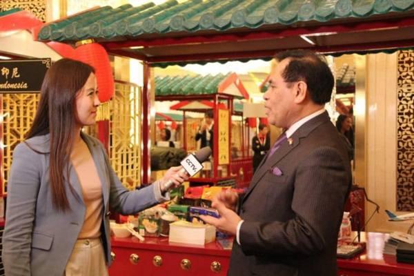 Dubes RI untuk China Djauhari Oratmangun saat diwawancarai oleh reporter CCTV di depan gerai Indonesia. - Dok. KBRI Beijing