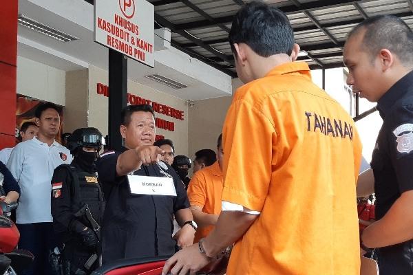 Adegan rekonstruksi nomor 6 kasus pengeroyokan anggota TNI oleh lima orang tukang parkir di daerah Cibubur, cekcok berawal dari seruan korban Kapten Komarudin menegur salah satu tukang parkir yang terlihat menyentuh motornya