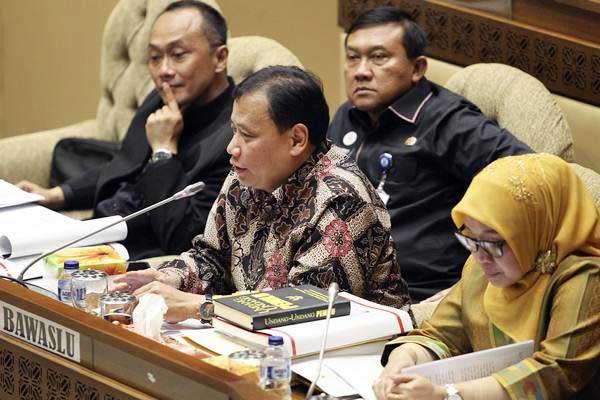 Ketua Badan Pengawas Pemilu (Bawaslu) Abhan (kedua kanan) mengikuti Rapat Kerja (Raker) dengan Komisi II DPR di Kompleks Parlemen, Senayan, Jakarta, Kamis (6/12/2018). - ANTARA/Dhemas Reviyanto