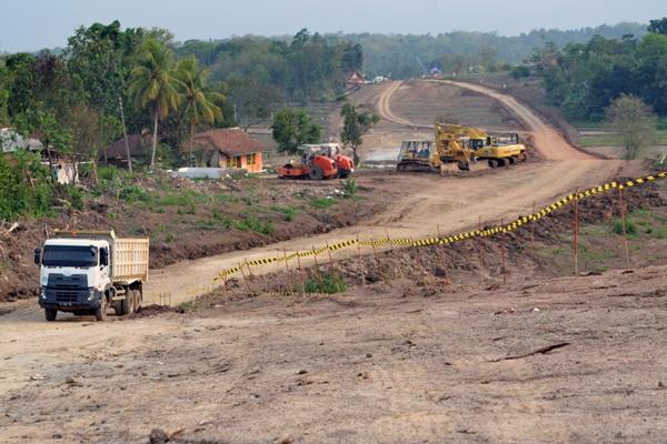 Sejumlah pekerja menggunakan alat berat menyelesaikan konstruksi proyek pembangunan jalan tol SerangPanimbang di KM-11 di Kampung Cikeusal, Serang, Banten, Selasa (20/11/2018). - Antara/Muhammad Bagus Khoirunas