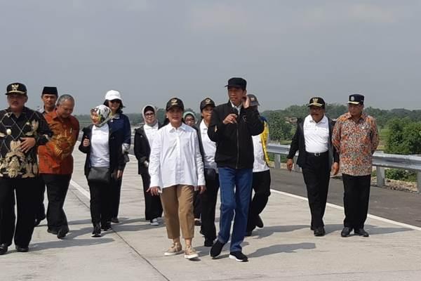 Presiden Jokowi menyusuri jalan tol bersama Ibu Negara dan sejumlah menteri - Bisnis/Yodie Hardiyan