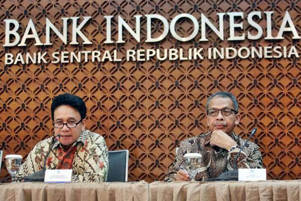 Deputi Gubernur Senior Bank Indonesia (BI) Mirza Adityaswara (kiri) didampingi Deputi Gubernur Sugeng memberikan penjelasan mengenai hasil Rapat Dewan Gubernur (RDG) Bank Indonesia, di Jakarta, Selasa (23/10/2018). - JIBI/Dedi Gunawan