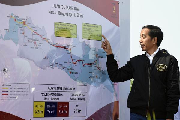 Presiden Joko Widodo mengamati peta jalan tol di sela-sela peresmian ruas jalan tol Trans Jawa di Interchange Bandar kilometer 671, Jombang, Jawa Timur, Kamis (20/12/2018). - ANTARA/Puspa Perwitasari
