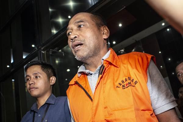 Deputi IV Kemenpora Mulyana (tengah) berjalan keluar seusai menjalani pemeriksaan di Gedung KPK, Jakarta, Kamis (20/12/2018) dini hari. - ANTARA/Aprillio Akbar