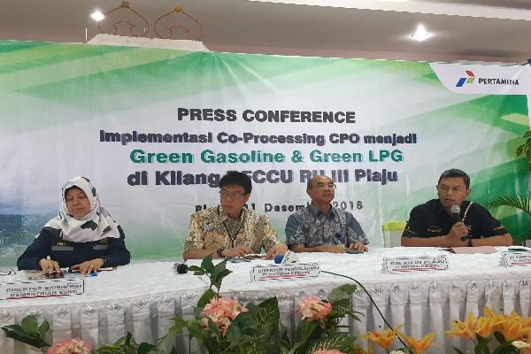 Direktur Pengolahan PT Pertamina (Persero), Budi Santoso Syarif (kedua dari kiri) memberikan pemaparan saat jumpa pers implementasi co-processing CPO di Kilang RFCCU RU III Palembang, Jumat (21/12/2018). Bisnis - Dinda Wulandari