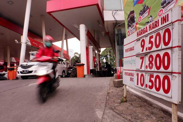 Pengendara melintas usai mengisi BBM di salah satu SPBU, di Jakarta, Rabu (5/9/2018). - JIBI/Nurul Hidayat