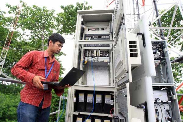 Teknisi melakukan pemeliharaan rutin jaringan di salah satu Base Tranceiver Station (BTS) di Cirebon, Jawa Barat. - JIBI/Dedi Gunawan