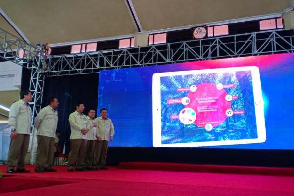Direktur Utama PT Pusri Palembang Mulyono Prawiro (tengah) bersama jajaran direksi Pusri meluncurkan e-PAS, platform bisnis baru yang melayani penjualan pupuk hingga solusi pertanian di Palembang, Sumatra Selatan, Senin (24/12/2018). - Bisnis/Dinda Wulandari