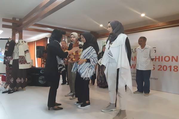 Dirjen IKM Kemenperin Gati Wibawaningsih memberi penghargaan kepada desainer pemenang Indonesia Fashion & Craft Awards 2018. JIBI - BISNIS/Feri Kristianto