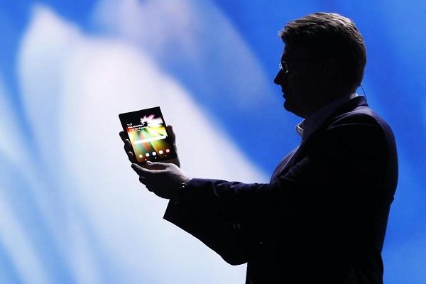 Ponsel layar lipat (Reuters/Stephen Lam)
