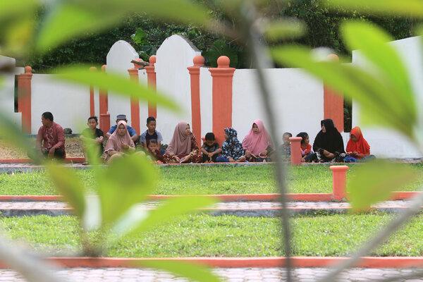 Sejumlah umat muslim membaca Surat Yasin dan doa bersama saat berziarah ke kuburan massal korban gempa dan gelombang tsunami di Desa Suak Indrapuri, Johan Pahlawan, Aceh Barat, Aceh, Rabu (26/12/2018). Gempa bumi berkekuatan 9,2 SR dan disusul dengan gelombang tsunami pada Minggu 26 Desember 2004 mengakibatkan 230.000 jiwa meninggal dunia di 13 Negara sepajang Samudera Hindia. - Antara/Syifa Yulinnas