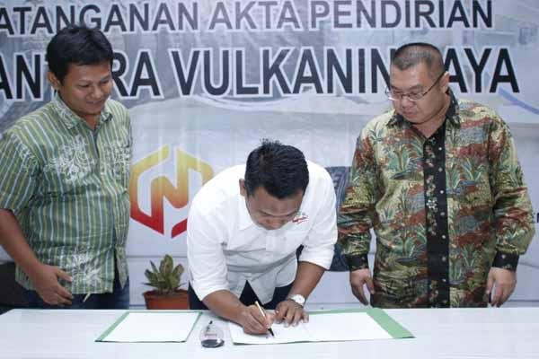 Direktur Operasional tanaman Tahunan PTPN IX - Mahmudi bersama Direktur PT Supervulkanin Adijaya menandatangani akta pembentukan perusahaan PT Nusantara Vulkanin Jaya di kebun Siluwok Batang Jawa tengah - Istimewa