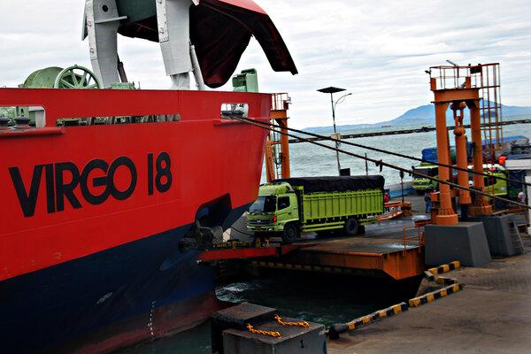 Bongkar muat Kapal roro KMP Virgo 18 saat sandar di Pelabuhan Penyeberangan Merak, Banten, Rabu (14/11/2018). - Antara/Weli Ayu Rejeki