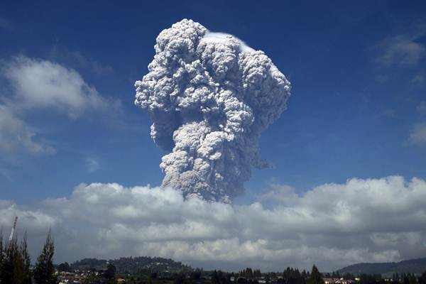Gunung Sinabung menyemburkan material vulkanik ketika erupsi, di Karo, Sumatra Utara, Senin (19/2/2018). - ANTARA/Maz Yons