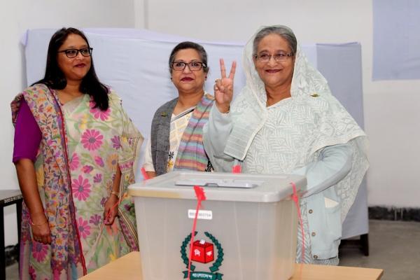 Perdana Menteri (PM) Bangladesh Sheikh Hasina berfoto usai memberikan suara dalam Pemilu di Dhaka, Bangladesh, Minggu (30/12/2018). - Sangbad Sangstha via Reuters