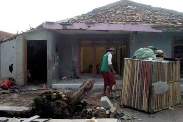 Warga Cirebon mulai membersihkan rumah yang dihantam angin puting beliung. - Antara/Khaerul Izan