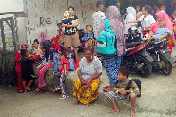 Warga berkumpul di luar rumah pascagempa bumi di Kompleks Permukiman Borobudur, Distrik Manokwari Barat, Kabupaten Manokwari, Papua Barat, Jumat (28/12/2018). - ANTARA/Toyib