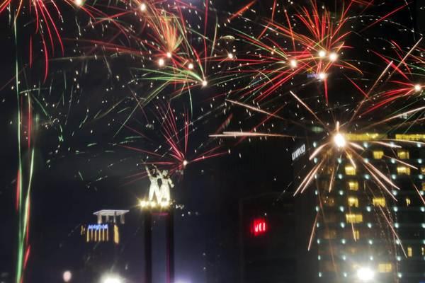 Suasana pesta kembang api pergantian Tahun Baru 2019 di kawasan Bundaran Hotel Indonesia, Jakarta, Senin (31/12/2018). - Bisnis/Felix Jody Kinarwan