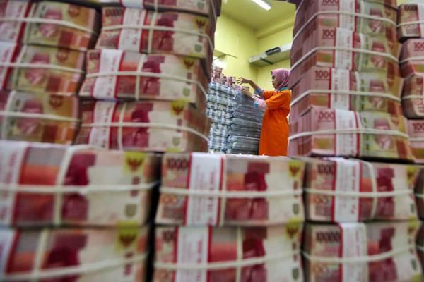 Karyawan menata uang untuk pengisian ATM, di Cash Center PT Bank Negara Indonesia Tbk (BNI), Jakarta, Kamis (20/12/2018). - Bisnis/Abdullah Azzam