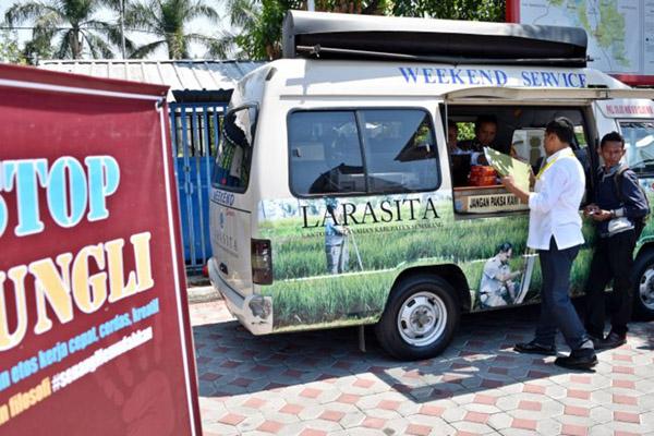 Sejumlah warga mengurus surat tanah melalui mobil keliling Layanan Rakyat Sertifikasi Tanah (Larasita) milik Badan Pertanahan Nasional (BPN). - Antara/Aditya Pradana Putra