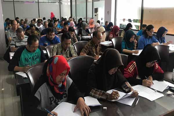 Para petugas pajak daerah yang merupakan ASN BP2D saat mengerjakan tes kompetensi di Malang, Jumat (4/1/2019) - Istimewa