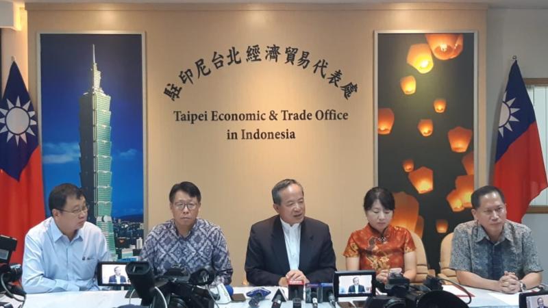 Kepala Taipei Economic and Trade Office (TETO) di Jakarta, John Chen (tengah), menyampaikan keterangan dalam konferensi pers di Kantor TETO, Jakarta Selatan, Jumat (4/1/2019). - Bisnis/Iim Fathimah Timmoria