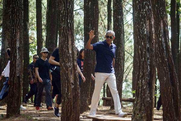 Mantan Presiden Amerika Serikat Barack Obama mengunjungi objek wisata alam Puncak Becici di Dlingo, Bantul, DI Yogyakarta, Kamis (29/6). - ANTARA /Hendra Nurdiyansyah
